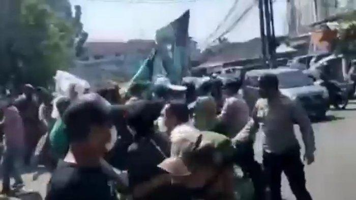 Tangkapan layar video kericuhan saat aksi demontrasi di Kantor Wali Kota Tangsel, Ciputat pada Senin, 26 Juli 2021 (Warta Kota/Rizki Amana)