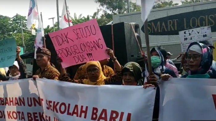 VIDEO: Pemerintah Kota Bekasi Didemo Terkait PPDB yang Dinilai Banyak Masalah