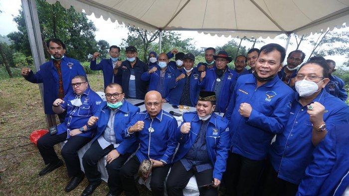 Pengurus Partai Demokrat versi Kongres Luar Biasa (KLB) berfoto bersama setelah menyampaikan keterangan pers di kawasan Wisma Atlet Hambalang, Kabupaten Bogor, Jawa Barat, Kamis (25/3/2021). Dalam konferensi pers tersebut dibahas tentang situasi terkini Partai Demokrat versi KLB.