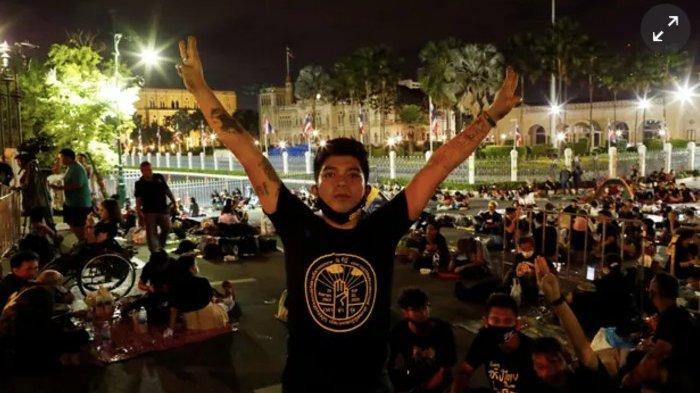 Keputusan darurat tersebut menyusul protes berminggu-minggu di Thailand dan demonstrasi besar pada hari Rabu yang mengganggu iring-iringan mobil raja.