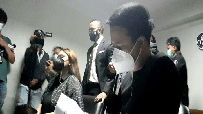 Dennis Lyla ketika hadir di sidang gugatan cerai Thalita Latief di Pengadilan Agama Jakarta Pusat, Selasa (6/4/2021).
