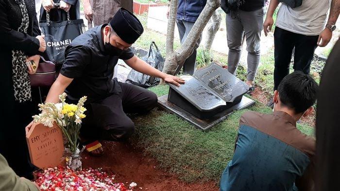 Komedian Denny Cagur saat memakamkan jenazah Eny Sumatni, ibunya, di TPU Tipar, Mekarsari, Cimanggis, Depok, Jawa Barat, Selasa (19/1/2021).