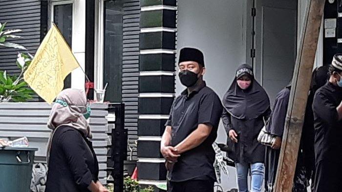 Komedian Denny Cagur disela menemani jenazah Eny Sumatni, ibunya, yang disemayamkan di rumahnya, kawasan Radar Auri, Cimanggis, Depok, Jawa Barat, Selasa (19/1/2021) pagi.