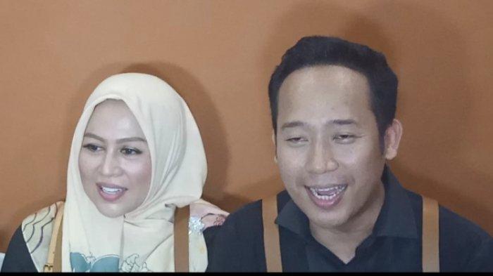 Denny Cagur dan Shanty Denny, istrinya, ketika membuka minuman kekinian Royal Jali di kawasan Rawamangun, Jakarta Timur, Sabtu (12/10/2019).