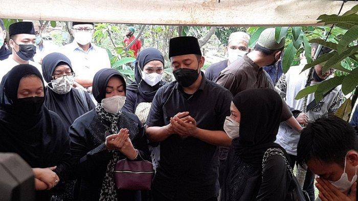 Denny Cagur tampak sedih saat mengiringi pemakaman jenazah sang ibu, Selasa (19/1/2021).