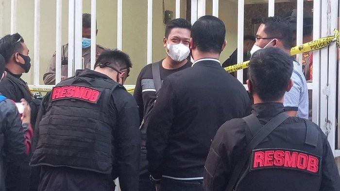 Petugas gabungan dari Densus 88 Mabes Polri dan TNI menggeledah bangunan bekas Kantor Sektariat FPI di Jalan Petamburan III, Kecamatan Tanah Abang, Jakarta Pusat, pada Selasa (27/4/2021) sore.