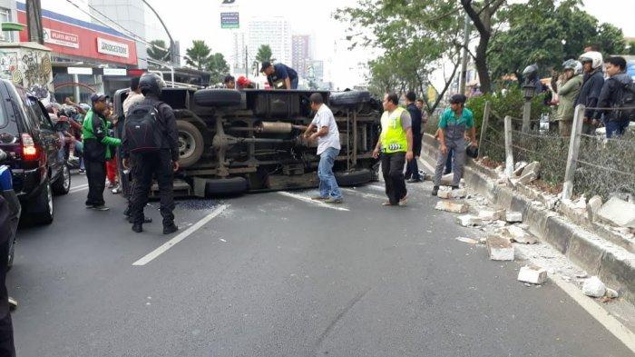Kerusakan yang Dialami Mobil Tahanan Densus 88 yang Terguling di Jalan Margonda