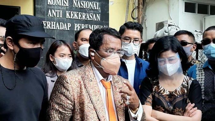 Bams eks SamsonS (kiri) saat menemani Desiree Tarigan, ibunya, bersama Hotman Paris Hutapea di Komnas Perlindungan Perempuan, Jalan Latuharhary, Menteng, Jakarta Pusat, Kamis (8/4/2021).