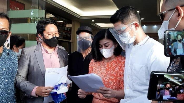 Desiree Tarigan, ibu Bams eks SamsonS, melaporkan pengacara kondang Hotma Sitompul ke Polres Metro Jakarta Selatan, Rabu (7/4/2021), terkait dugaan melakukan pencemaran nama baik dan penyerobotan lahan.