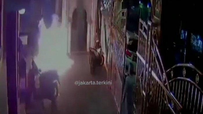 Detik-detik Bom Molotov dilempar ke sebuah masjid di Cengkareng Barat, Cengkareng, Jakarta Barat, Sabtu (26/12/2020) malam