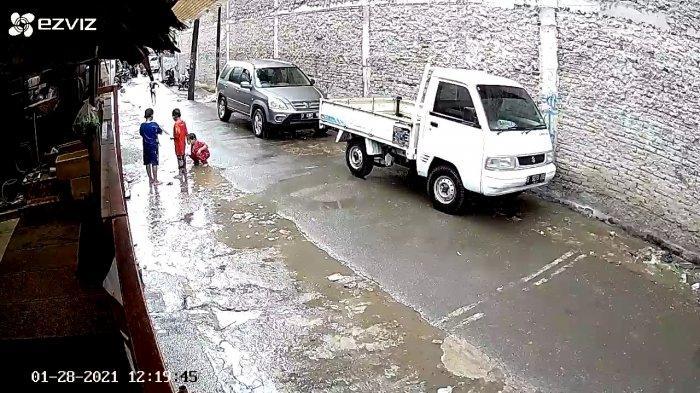Video capture detik-detik seorang bocah terlindas CRV di Kembangan Selatan, Kembangan, Jakarta Barat pada Kamis (28/1/2021)