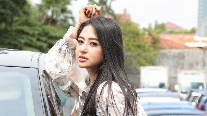 Penyanyi dangdut Dewi Perssik di TransTV, Mampang Prapatan, Jakarta Selatan, Jumat (22/1/2021).