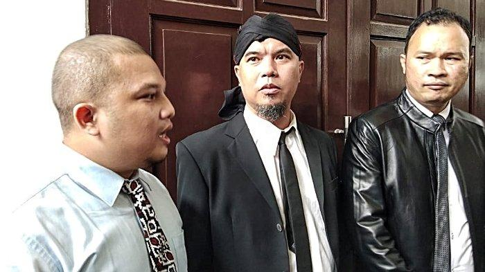 Ahmad Dhani bersama dua pengacaranya yakni Ali Lubis dan Hendarsam.