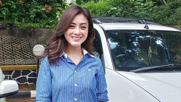 Dhena Devanka saat ditemui di Pengadilan Agama Jakarta Selatan, Kamis (30/9/2021). Menurut Dhena Devanka, pernikahannya selama 11 tahun dengan Jonathan Frizzy terancam kandas setelah ada dugaan perselingkuhan suaminya itu dengan wanita yang masih memiliki suami.