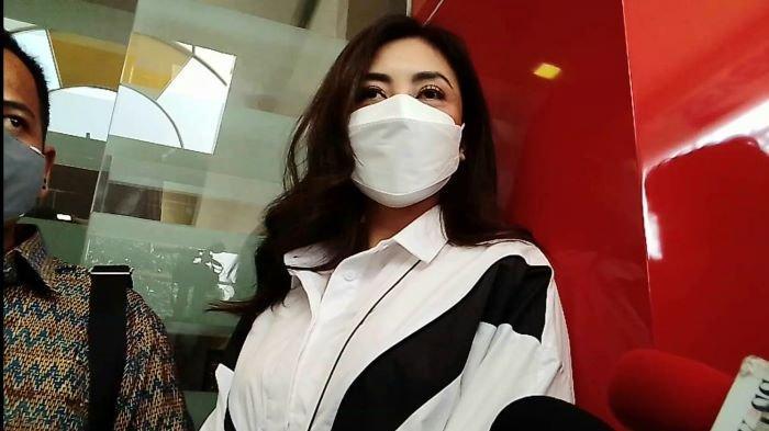 Dhena Devanka mendaftarkan gugatan cerai terhadap Jonathan Frizzy ke Pengadilan Agama Jakarta Selatan saat sedang menjalani pemeriksaan di Polres Metro Jakarta Selatan terkait dugaan kekerasan dalam rumah tangga, Jumat (27/8/2021).