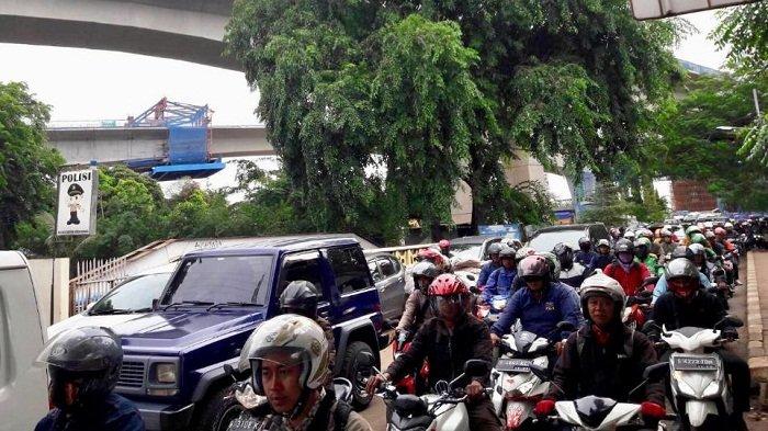 Pukul 08.30 Arus Lalu Lintas Jalan DI Panjaitan Padat Merayap