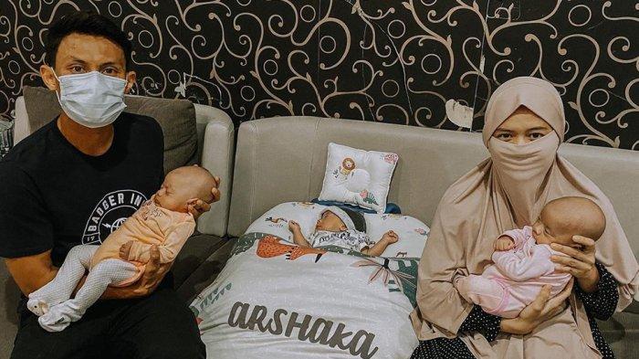 Dias Angga Putra dengan Istrinya sedang merawat dan menjaga tiga anak kembarnya yang lahir pada bulan Agustus lalu