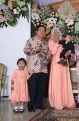 Kapten Didik Gunardi saat bersama istri dan anak.