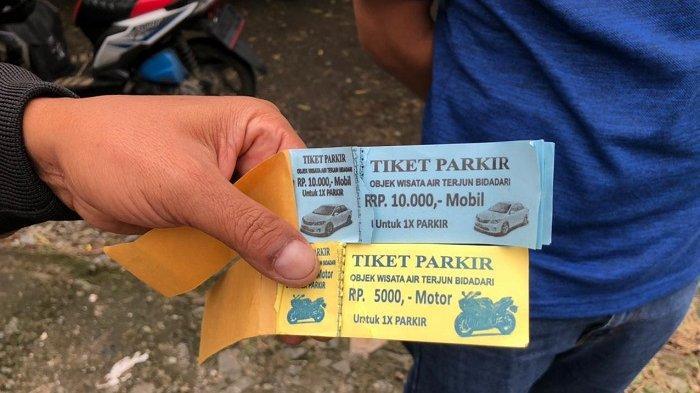 Kawasan wisata Curug Bidadari di Sentul, Kecamatan Madang, Kabupaten Bogor, viral di media sosial pekan lalu. Foto: Harga tiket parkir mobil dan motor.
