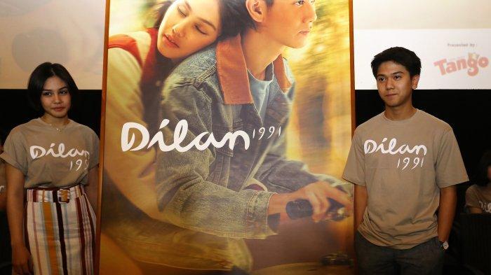 Pemain Film Dilan 1991 Iqbal Ramadhan (kiri) dan Vanessa Prescila menandatangani Poster Dillan 1991 saat konferensi pers di Bioskop XXI Kemang Villages, Jakarta Selatan, Kamis (17/1/2019).