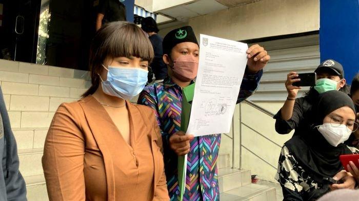Dinar Candy berdamai dengan pelapor di Polda Metro Jaya, Senin (20/9/2021). Pelapor sepakat mencabut laporannya terhadap Dinar Candy yang memakai bikini di pinggir jalan di awal Agustus 2021.