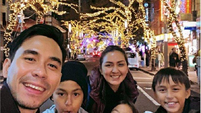 Darius Sinathrya dan Donna Agnesia bersama anak-anaknya.