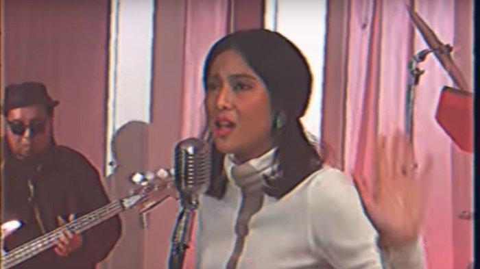 Bergaya 80-an, Ini Penampakan Kali Pertama Dian Sastro Nyanyi di Video Klip Bersama Diskoria