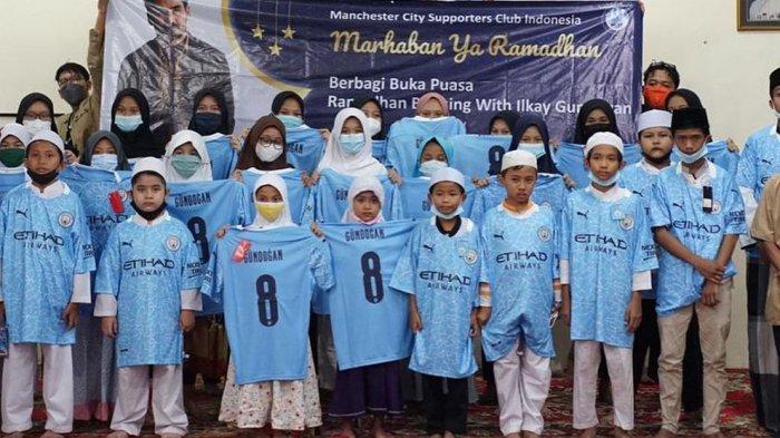 Anak-anak yatim piatu mengenakan jersey Manchester City pemberian dari Ilkay Gundongan