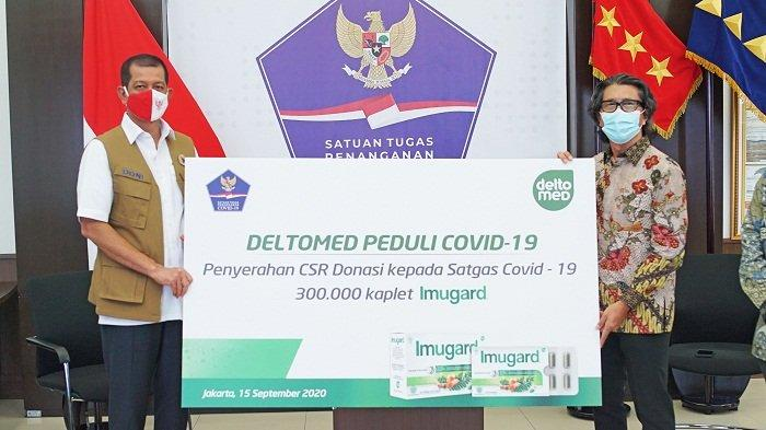 Kepala Satuan Tugas Penanganan Covid-19 Doni Monardo secara simbolik menerima CSR donasi obat herbal Imugard dari Chief Executive Officer Deltomed Laboratories Muljo Rahardjo