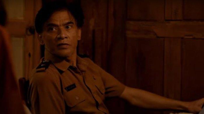 Aktor gaek Donny Damara ketika bermain film Hitam. Di film Hitam itu Donny Damara berakting bersama penyanyi Sara Fajira. Film Hitam mulai tayang di Klik Film, Sabtu (19/6/2021).