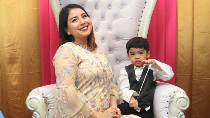 Tya Ariestya bersama putranya hadir pada acara Relaunching Package All Variant Do Re Mi dan Pementasan drama musikal Do Re Mi Pricess Prince Hero The Adventure Of Do Re Mi Land.
