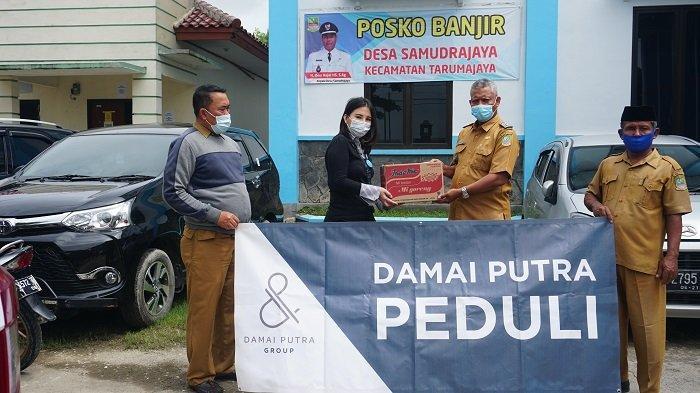 Damai Putra Group serahkan bantuan aneka pangan bagi korban banjir di Kantor Kecamatan Srimukti, Tambun Bekasi dan di Kantor Kepala Desa Samudrajaya Tarumajaya, Kabupaten Bekasi.