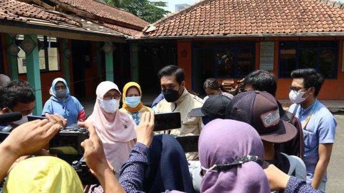 Anggota Komisi IV DPRD Kota Bogor saat melakukan inspeksi mendadak (sidak) di SDN Otista yang atapnya runtuh.
