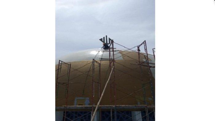 Kegiatan perbaikan kubah Masjid Baitul Faidzin