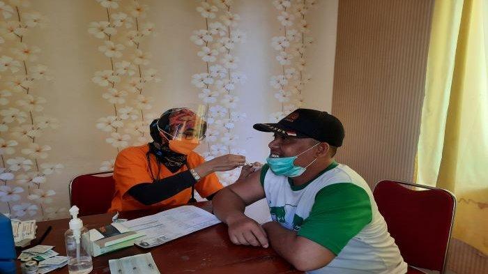 VIDEO : Duet  dengan Istri, Ketua DPD Partai Golkar Kota Depok Turun Langsung Vaksinasi Covid-19