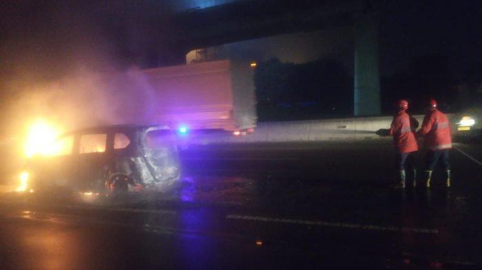 Disalip Truk di Tol Japek, Pengemudi Honda Freed Kaget Hingga Alami Kecelakaan dan Mobil Terbakar