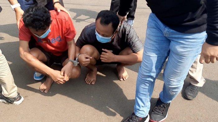Aparat Polsek Metro Penjaringan menangkap dua pelaku begal ponsel yang beraksi di gang sempit Penjaringan, Jakarta Utara.