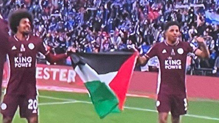 Dua pemain Leicester City, Wesley Fofana dan Hamza Choudhury, mengibarkan bendera Palestina sebagai bentuk solidaritas dengan rakyat Palestina saat Leicester merayakan kemenangan mereka atas Chelsea dalam kejuaraan FA Cup.