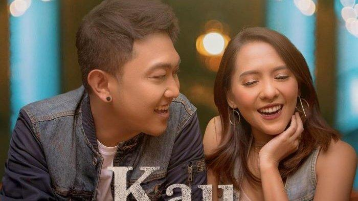 Dudy Oris dan Lala Karmela merilis lagu duet Kau dan Aku, single ciptaan Glenn Rotty yang diproduksi label rekaman @legendamusikindo, Minggu (7/2/2021).