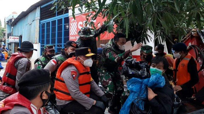 VIDEO Pangdam Jaya dan Kapolda Metro Tinjau Banjir di RW 04 Cipinang Melayu, 300 KK Dievakuais