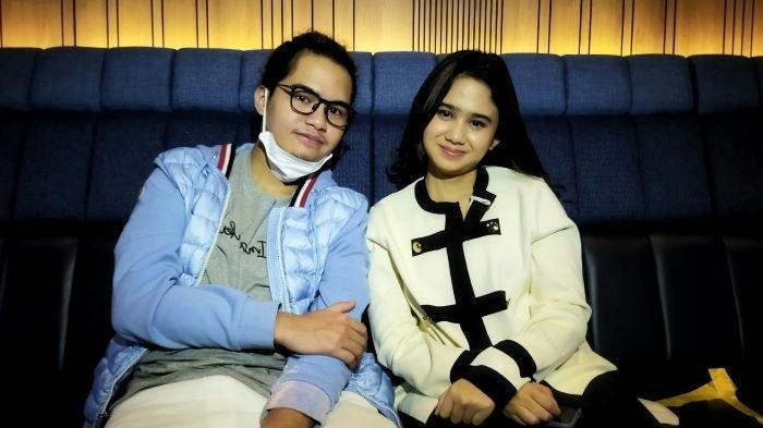 Dul Jaelani dan Tissa Biani saat berbincang di kawasan Pejaten, Pasar Minggu, Jakarta Selatan, Kamis (20/5/2021). Dul Jaelani dan Tissa Biani siap menikah muda meski baru pacaran sejak September 2020.