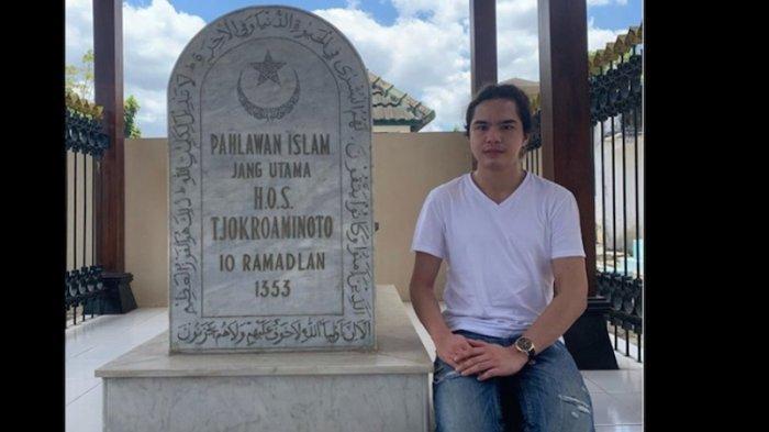 Dul Jaelani mengunjungi makam kakek buyut HOS Cokroaminoto yang dikenal sebagai pahlawan nasional.