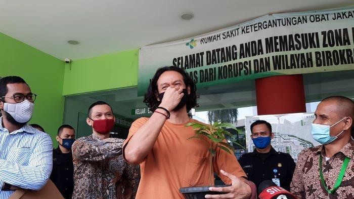 Dwi Sasono terlihat emosional saat dibebaskan dari RSKO Cibubur, Jakarta Timur, Jumat (27/11/2020) pagi. Ia menangis haru dan segera pulang ke rumah menemui istri dan anak-anaknya.