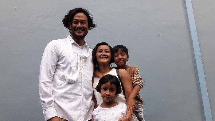 Dwi Sasono bersama Widi Mulia dan anak-anak mereka.