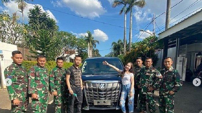 Ega bersama Elina dan para prajurit TNI berpose dengan mobil Alphard