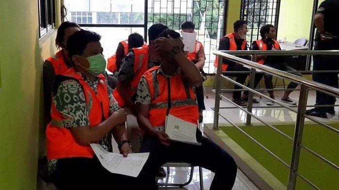 Para pelanggan Eiffel Healthy Massage Bintaro sedang dilakukan pemeriksaan di Kantor Satpol PP Kota Tangsel. ()
