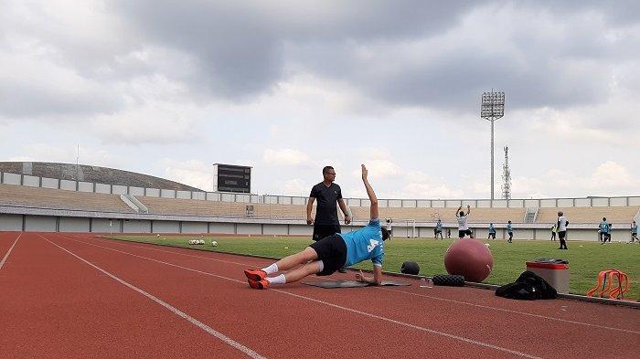 Masih Menepi dari Latihan, Eldar Hasanovic Jalani Pemulihan di Pinggir Lapangan