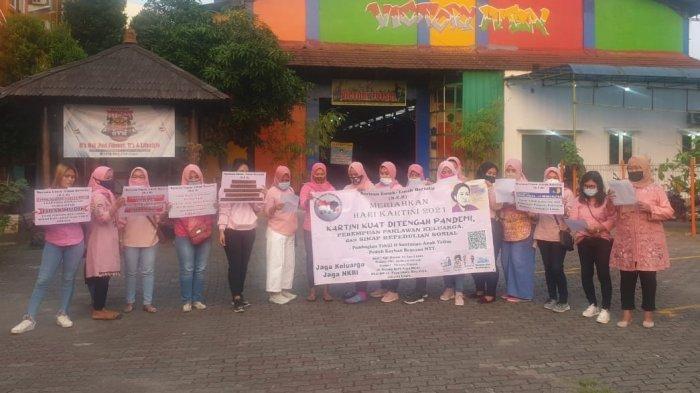 Emak-emak yang tergabung dalam Barisan Emak-emak Bersatu (BEB) menggelar aksi sosial di Victory Futsal, Kecamatan Koja, Jakarta Utara pada Kamis (22/4/2021).