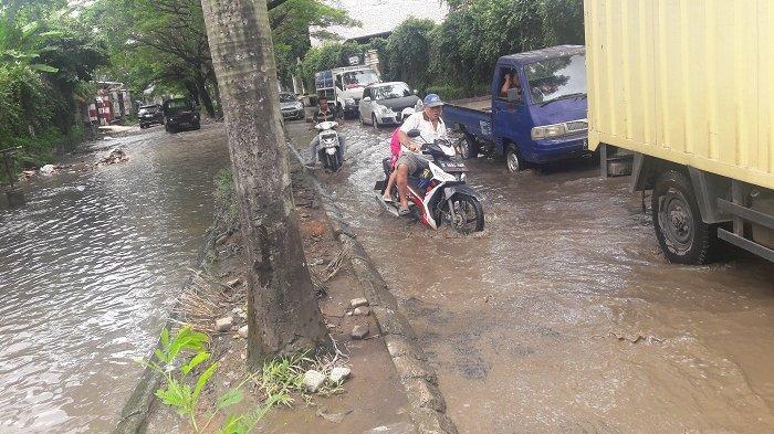 MIRIS! Jalan Kota Tangerang Layaknya Empang, Becek dan Banyak Lubang Menganga