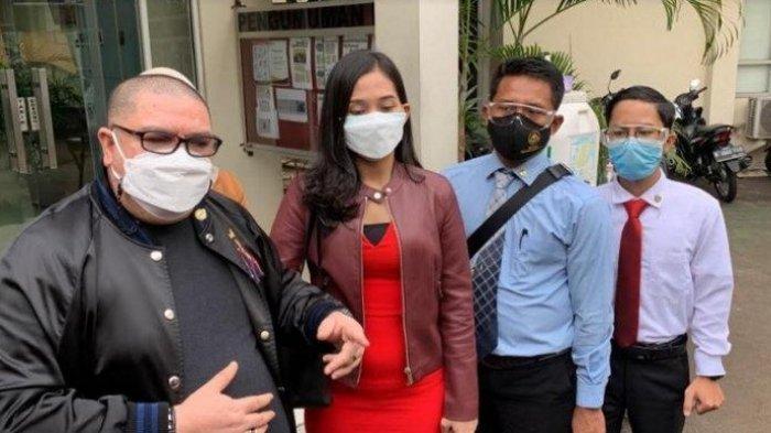 Miss Landscape Indonesia 2019 Era Setyowati atau yang akrab disapa Sierra bersama tim kuasa hukumnya saat menyambangi kantor KPAI Menteng, Jakarta Pusat, Senin (5/4/2021). Era Setyowati menuntut pertanggung jawaban Profesor M yang telah memberinya anak.